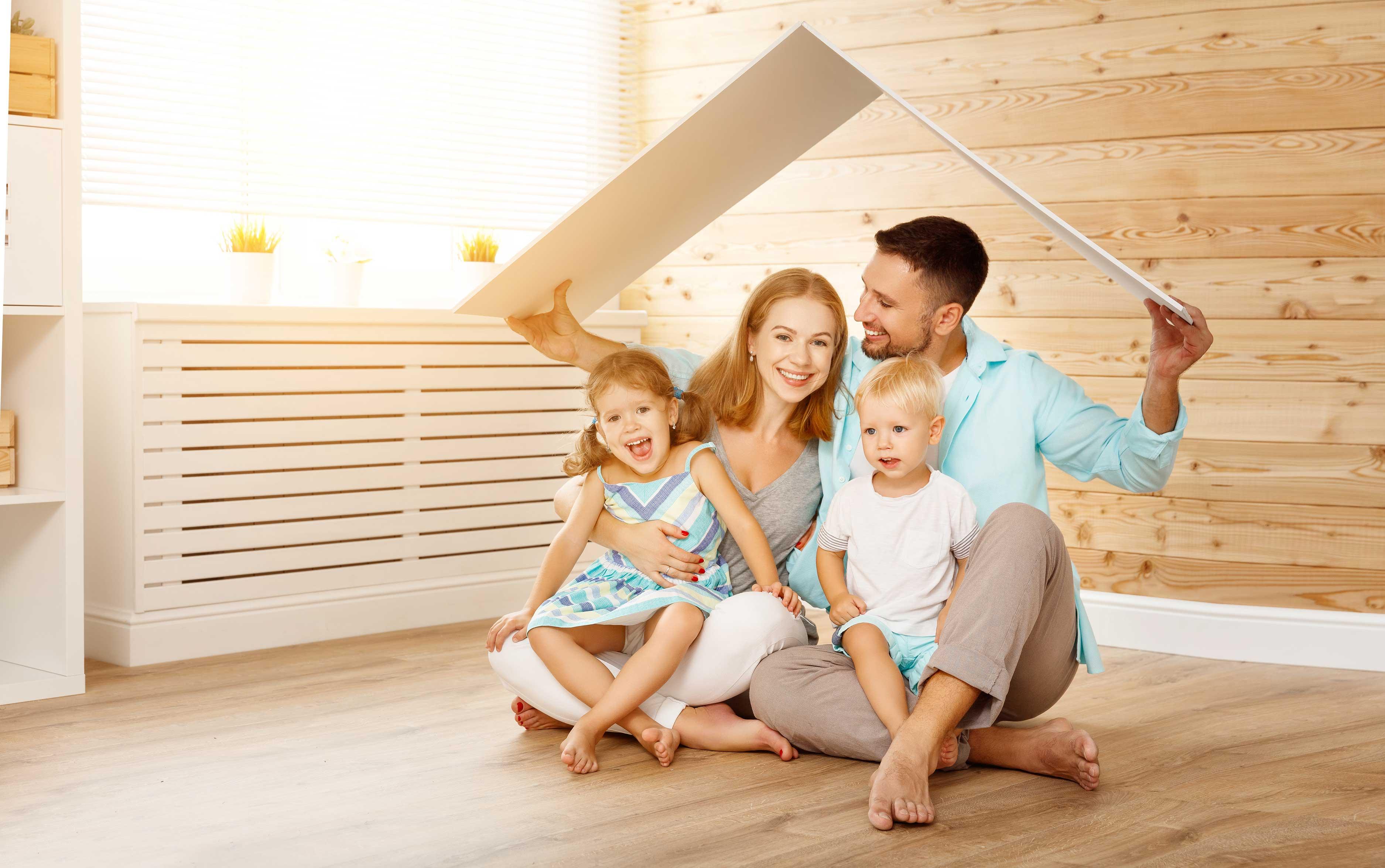 famille souriante dans leur salon au chaud et à l'abri